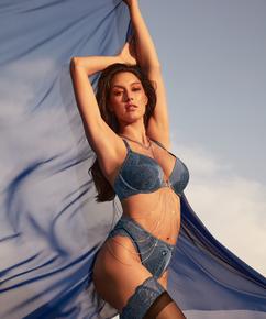 Brasileña de tiro alto Philomena Rebecca Mir, Azul