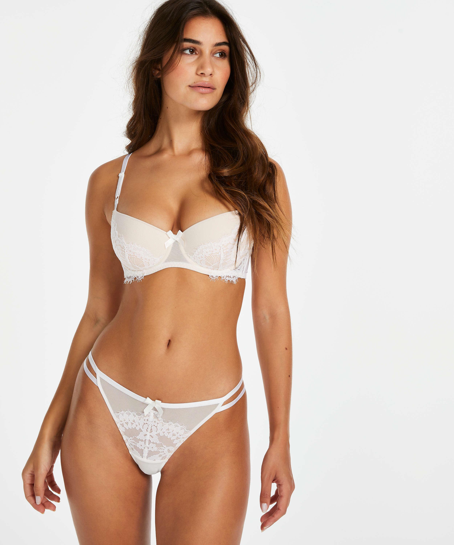 Tanga Leyla, Blanco, main