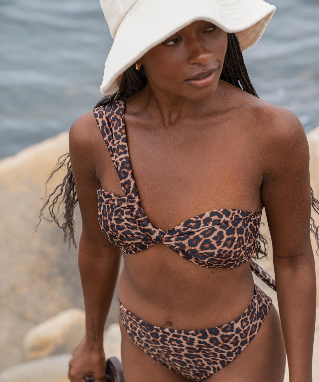 Top de bikini preformado y un hombro descubierto Animal HKM x NA-KD, marrón, main